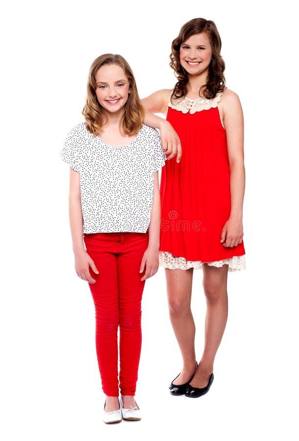 Pose de deux jeunes filles. Projectile intégral images libres de droits