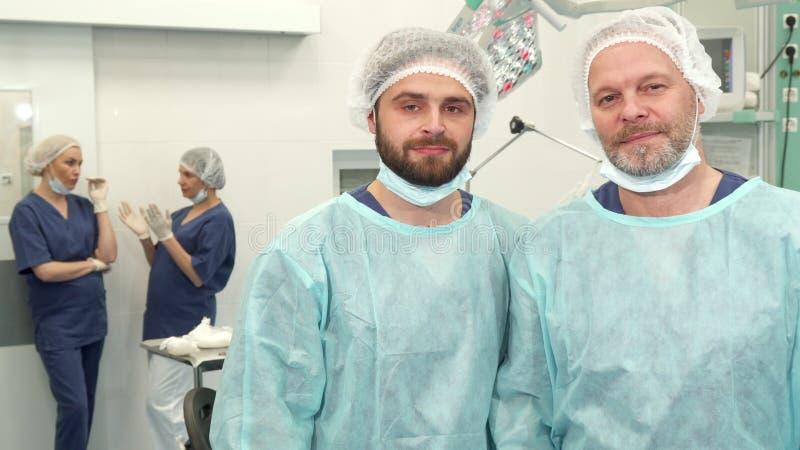 Pose de dois cirurgiões na sala da cirurgia fotos de stock