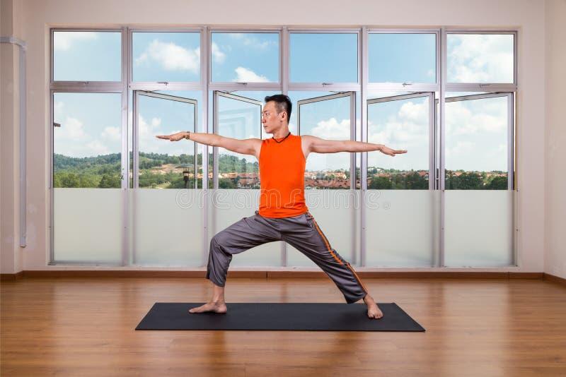Pose de exécution du guerrier 2 ou du Virabhadrasana 2 de praticien de yoga photographie stock libre de droits