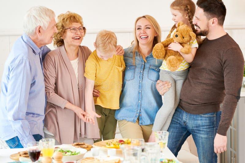 Pose de famille de deux générations photos stock