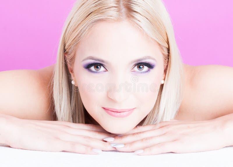 Pose de femme établie en tant que concept de beauté de maquillage photographie stock