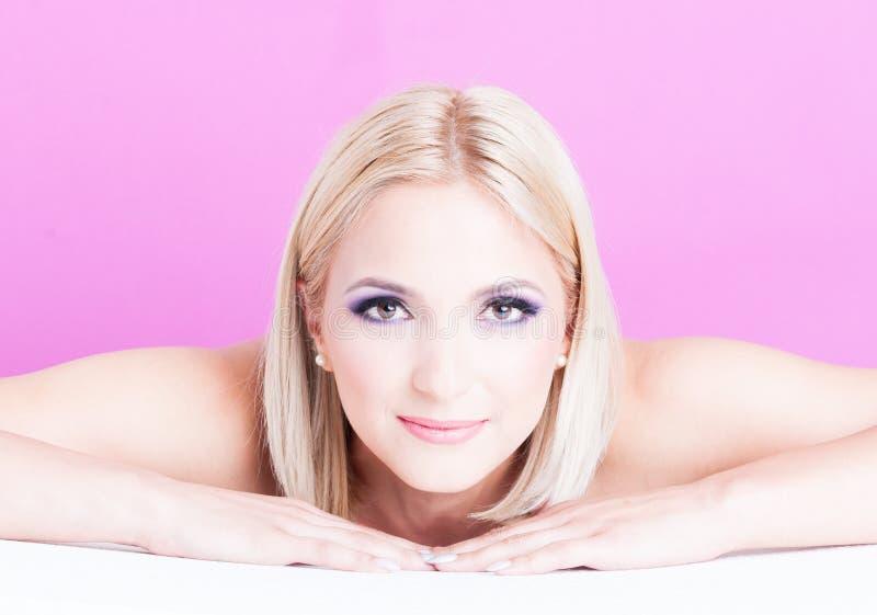 Pose de femme établie en tant que concept de beauté de maquillage images stock