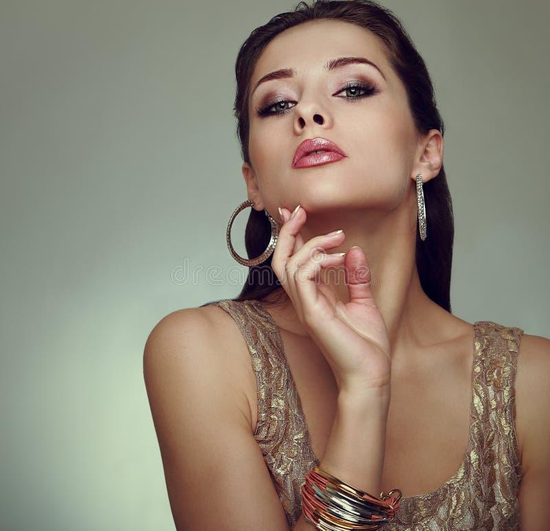 Pose de femme de maquillage de charme. Mode d'art photographie stock libre de droits