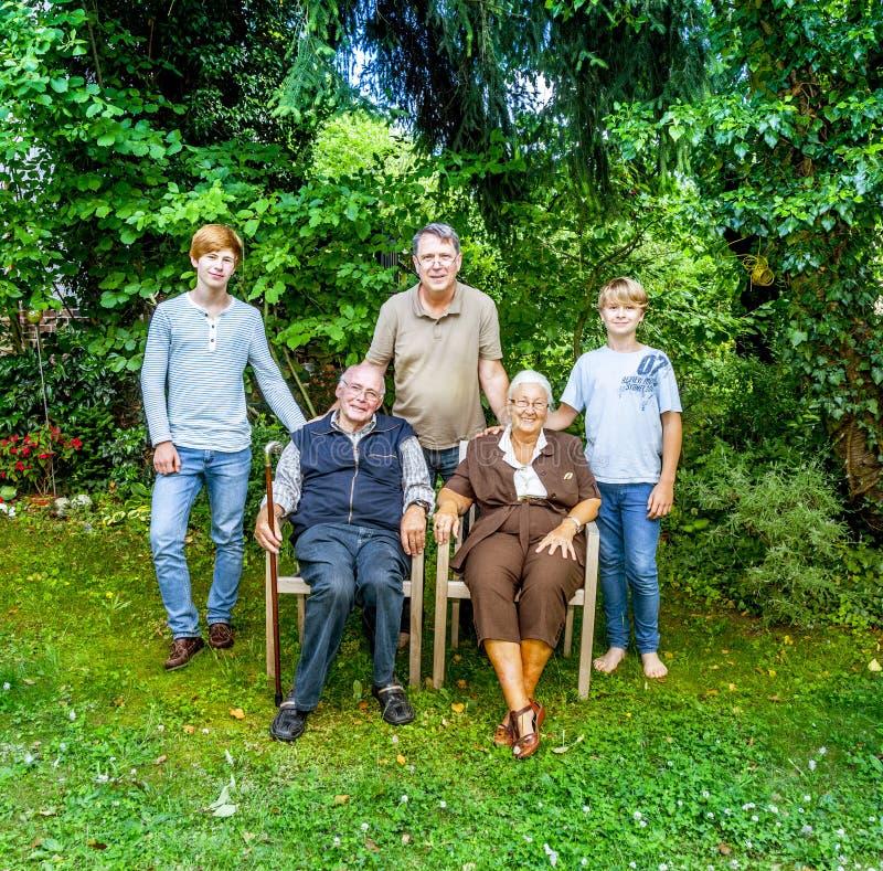 Pose de groupe de famille étendu photographie stock