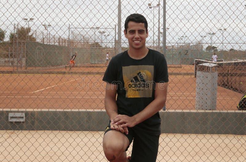Pose de Jaume Munar de joueur de tennis de l'Espagne dans les équipements d'académie de Rafa Nadal photographie stock libre de droits