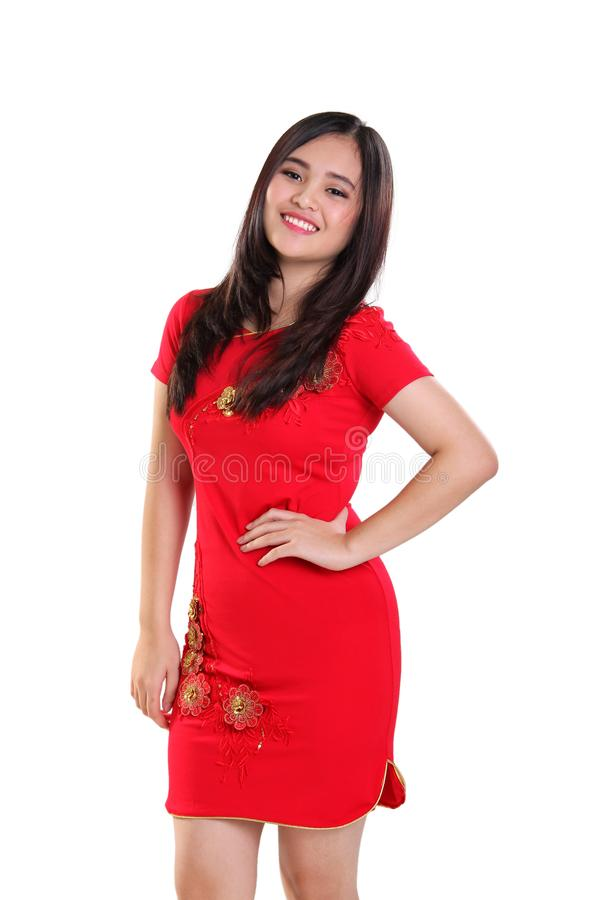Pose de jeune dame magnifique dans la robe chinoise, au-dessus du fond blanc photos libres de droits