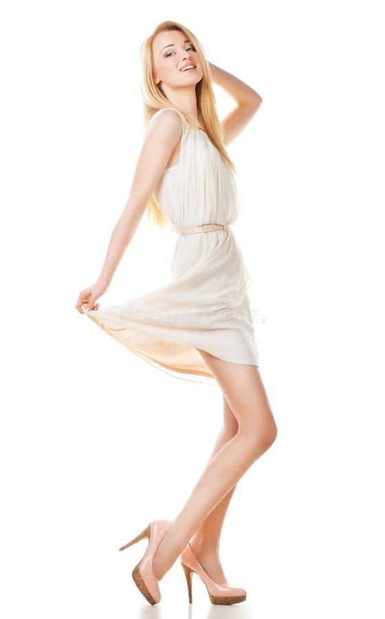 Pose de la femme blonde avec le long cheveu sur le blanc images libres de droits