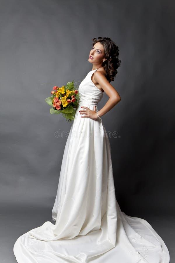 Pose de la jeune mariée images libres de droits