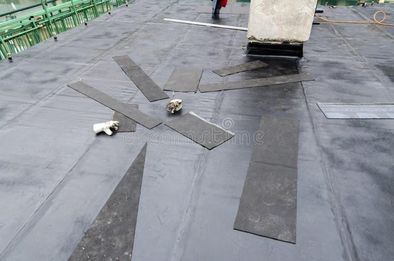 Pose de la mise en gaine et de l'isolation d'imperméabilisation sur un toit images libres de droits