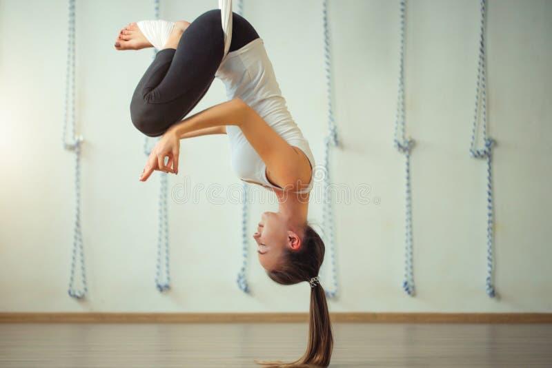 Pose de Lotus na anti ioga aero da gravidade Exercícios aéreos imagens de stock