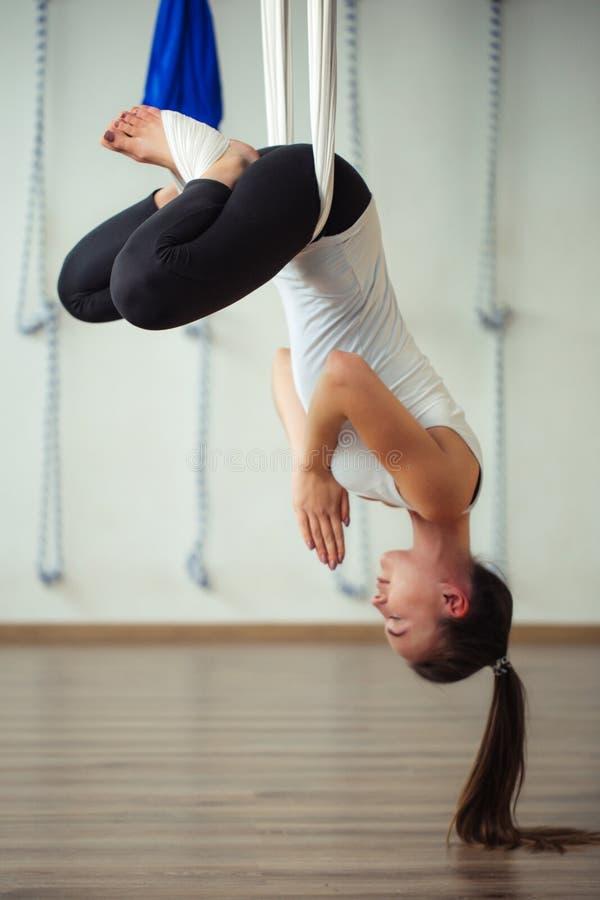 Pose de Lotus na anti ioga aero da gravidade Exercícios aéreos imagem de stock