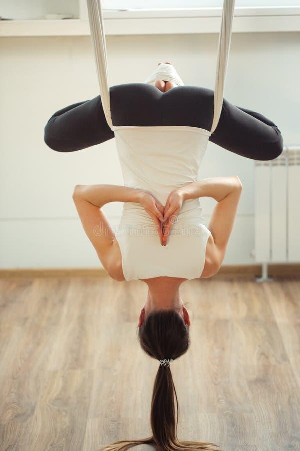 Pose de Lotus na anti ioga aero da gravidade Exercícios aéreos fotos de stock