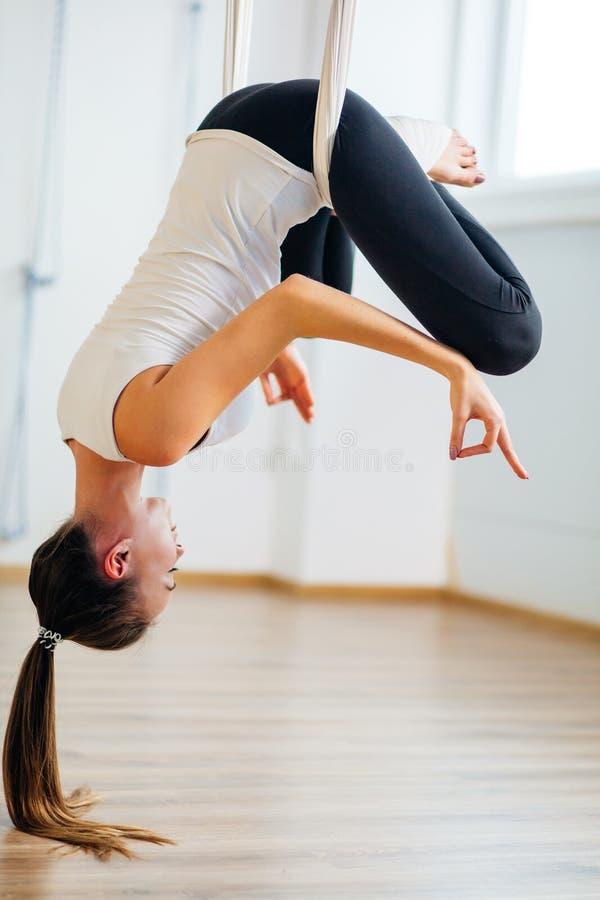 Pose de Lotus na anti ioga aero da gravidade Exercícios aéreos fotografia de stock