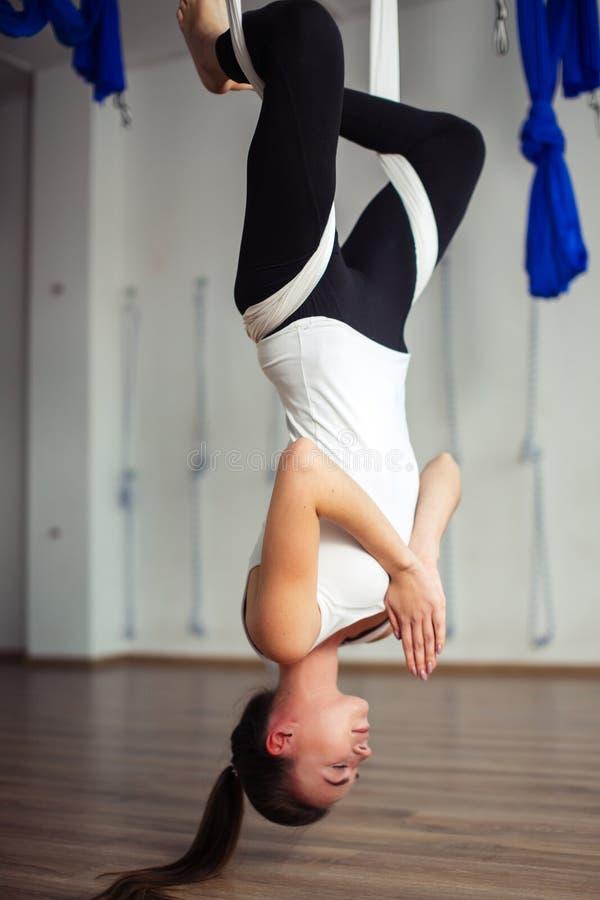 Pose de Lotus na anti ioga aero da gravidade Exercícios aéreos fotos de stock royalty free