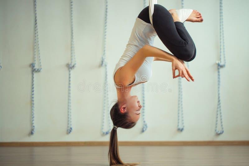 Pose de Lotus na anti ioga aero da gravidade Exercícios aéreos fotografia de stock royalty free