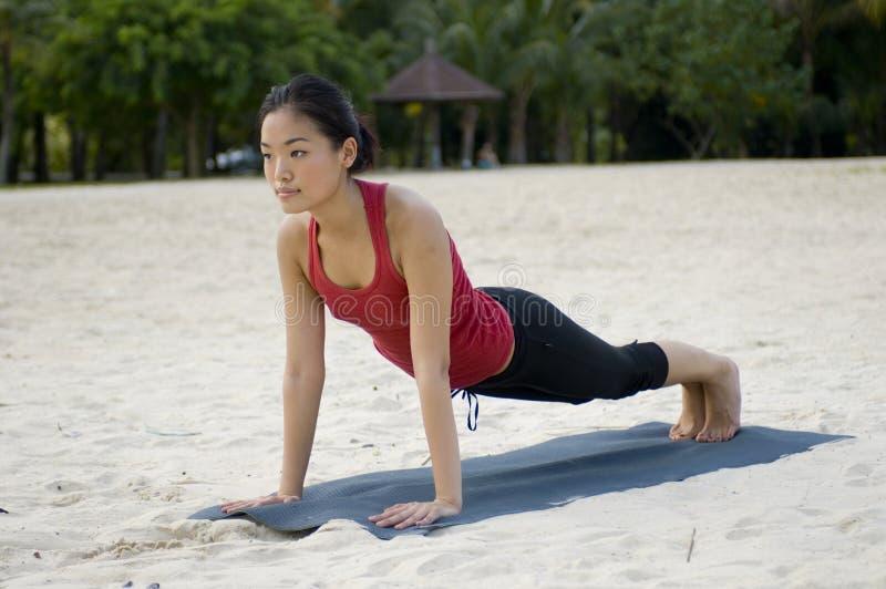 Pose de planche sur la plage photos libres de droits