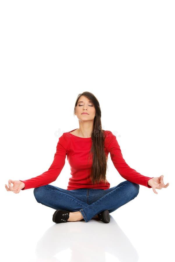 Pose de pratique de lotus de yoga de femme sportive images libres de droits