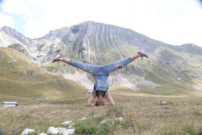 Pose de pratique de Mudra de yoga de femme à l'extérieur? photo libre de droits