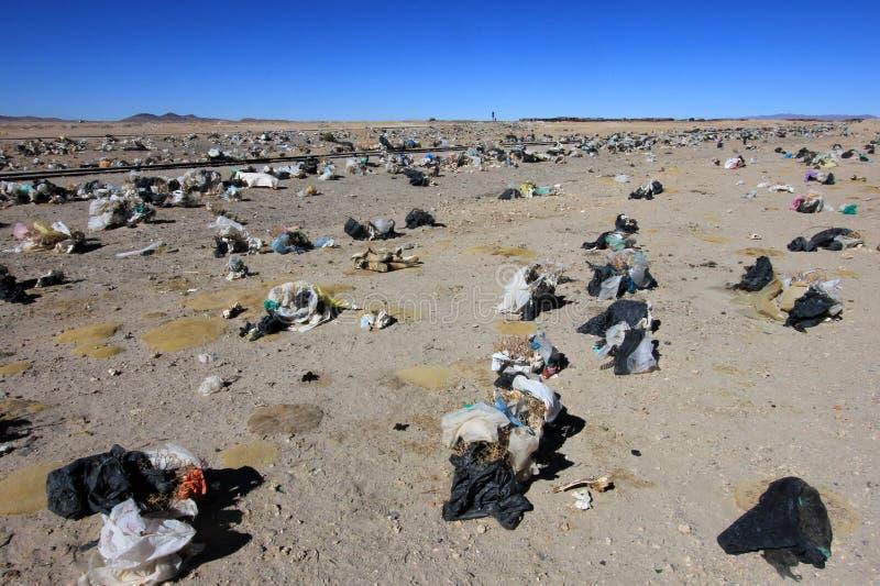 Pose de rebut partout dans Uyuni, Bolivie photo stock
