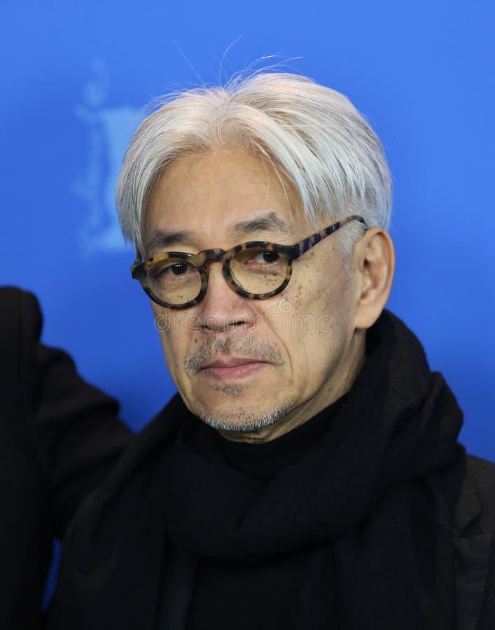 Pose de Ryuichi Sakamoto na foto internacional do júri imagens de stock