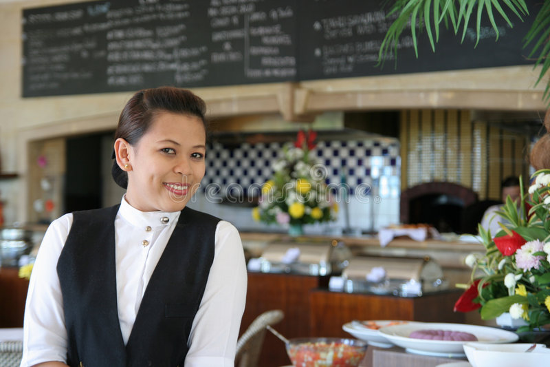 Pose de serveuse au restaurant photographie stock