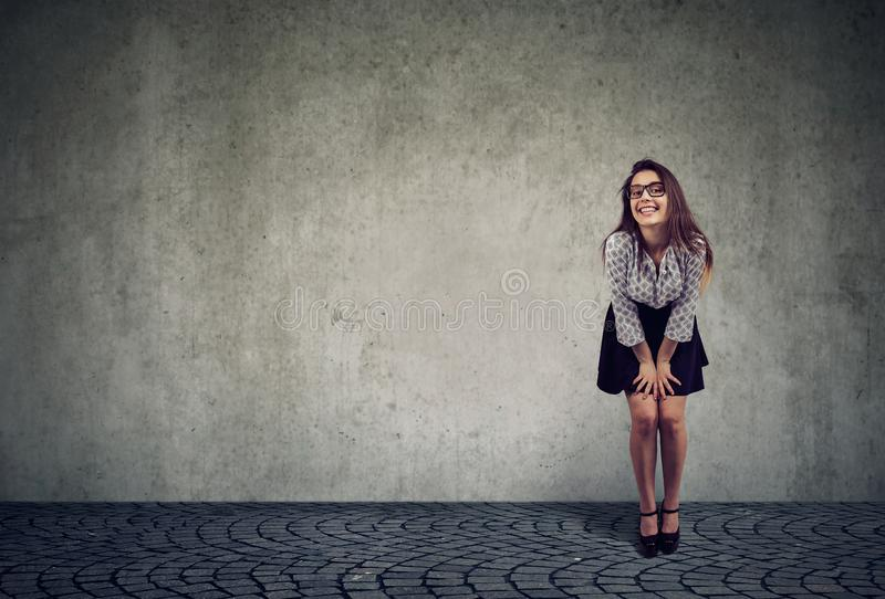 Pose de sourire de beau modèle femelle regardant la caméra photo stock
