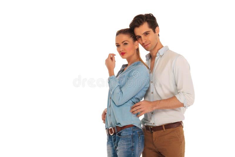 Pose de sourire de couples embrassée dans le studio photo libre de droits