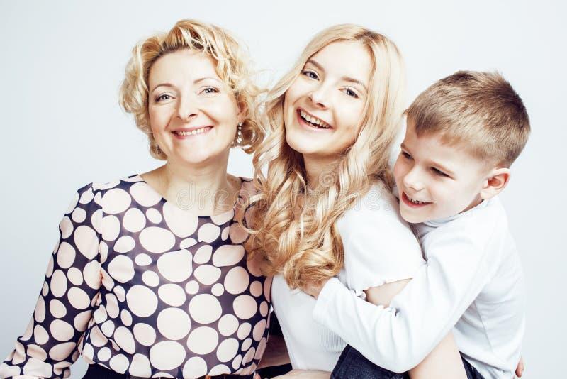 Pose de sourire heureuse de famille ensemble gaie sur le fond blanc, le concept de personnes de mode de vie, la mère avec le fils images stock
