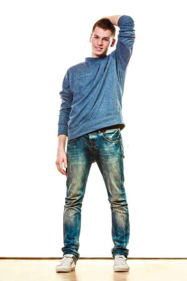 Pose de style occasionnel de jeune homme d'isolement image libre de droits
