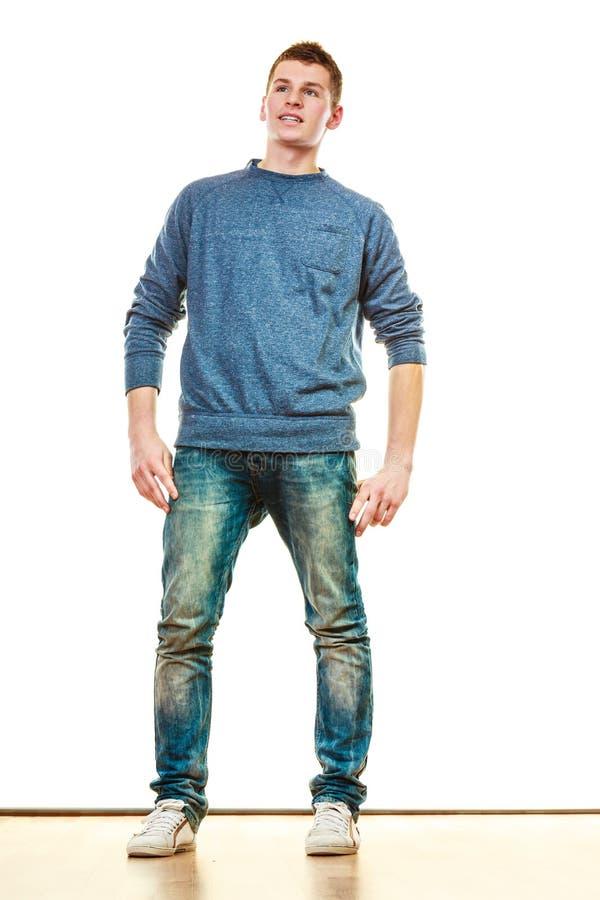 Pose de style occasionnel de jeune homme d'isolement photo libre de droits
