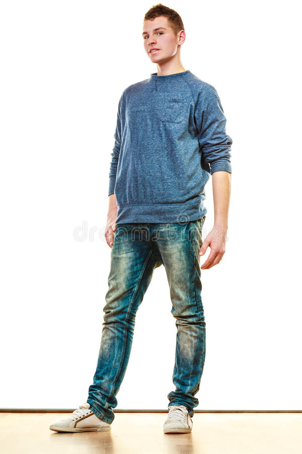 Pose de style occasionnel de jeune homme d'isolement photos libres de droits