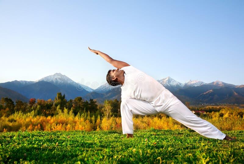 Pose de triangle de yoga photos stock