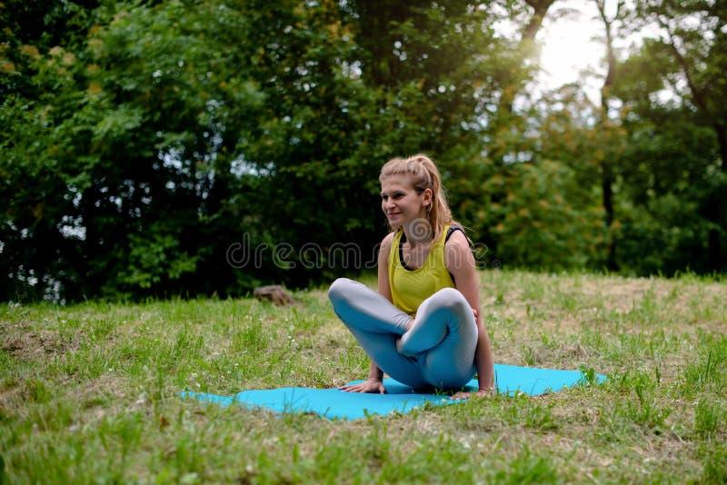 Pose de Yoga-échelle/Tolasana, parc naturel photos libres de droits