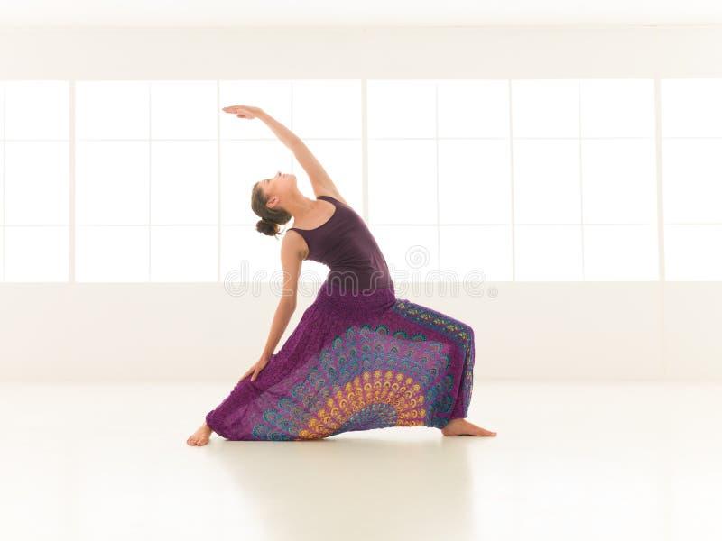 Pose de yoga d'Urdhva Virabhadrasana images stock