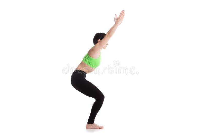 Pose de yoga de chaise image stock