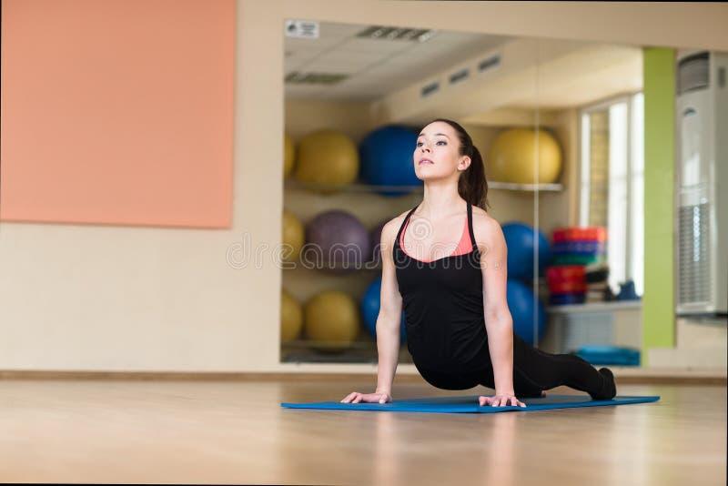 Pose de yoga de femme dans le bhanga Asana, pose de cobra image libre de droits