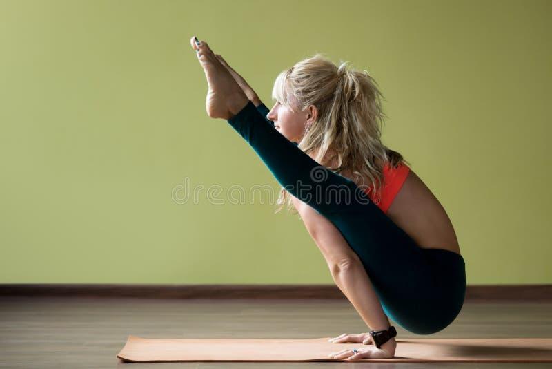 Pose de yoga de luciole photo stock