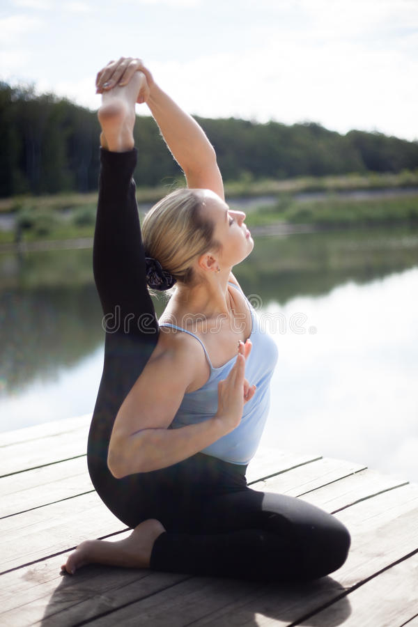 Pose de yoga de Parivrtta Surya Yantrasana image stock