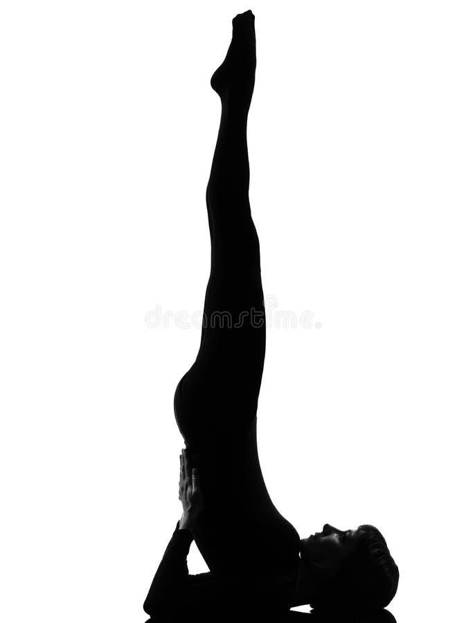 Pose de yoga de stand d'épaule de sarvangasana de femme image stock