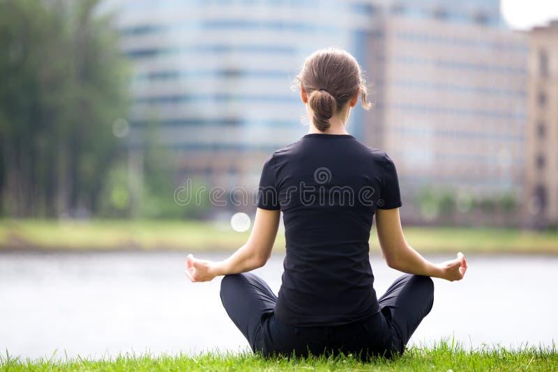 Download Pose de yoga de Sukhasana photo stock. Image du exercice - 56476340