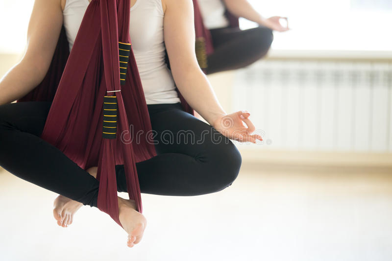 Pose de yoga de Sukhasana dans des hamacs photos stock