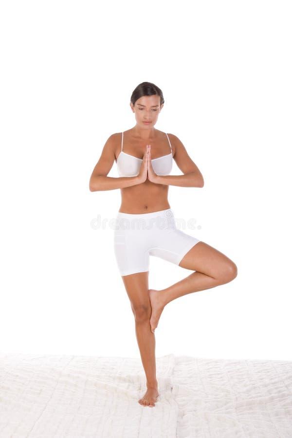 Pose de yoga - la femme dans le sport vêtx l'exercice photographie stock
