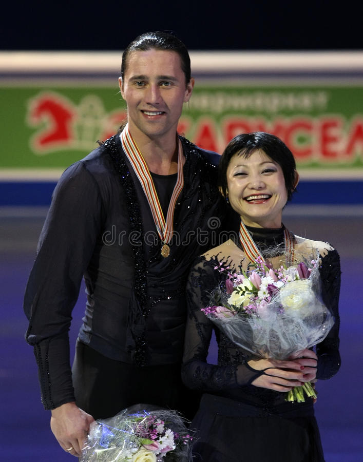 Pose de Yuko KAVAGUTI/Alexandre SMIRNOV avec des médailles d'or photos stock