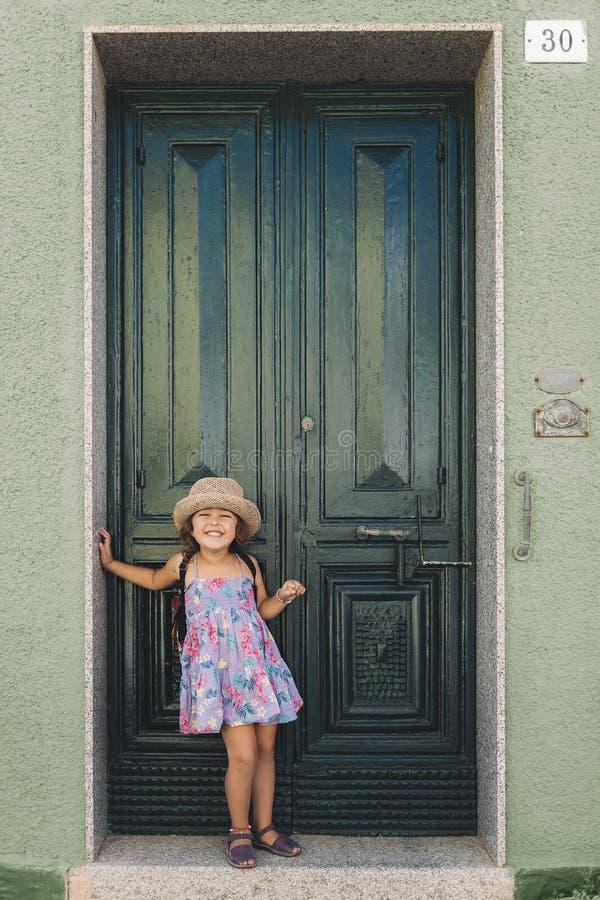 Pose della bambina che sorridono imitando un modello fotografia stock libera da diritti