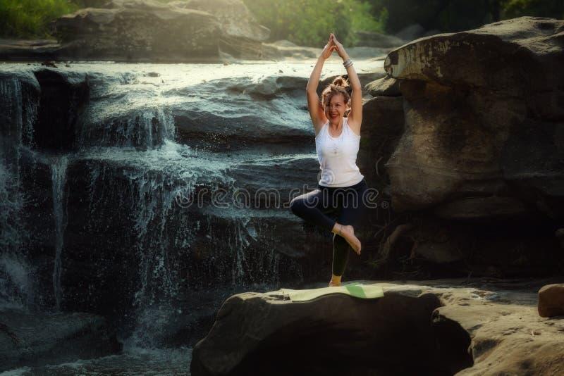 Pose di pratica di yoga della donna anziana di YOGA fotografia stock libera da diritti