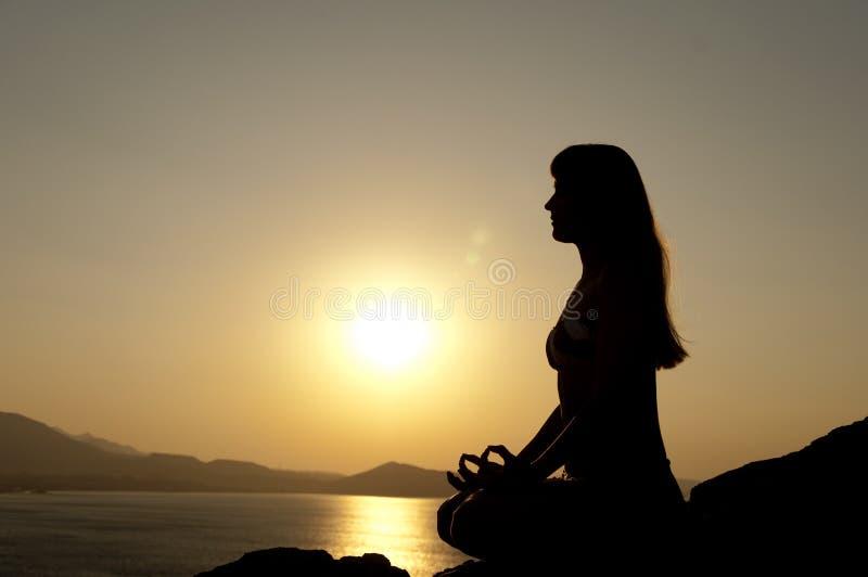 Pose di yoga ad alba fotografie stock