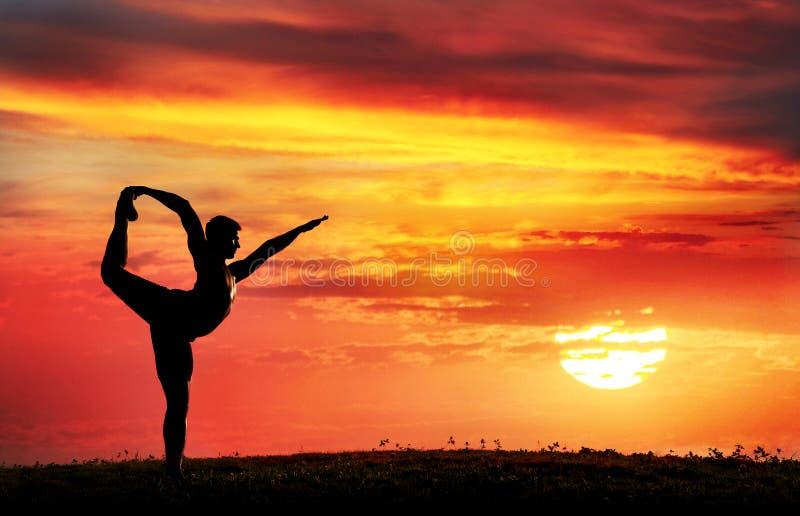 Pose do dançarino de Natarajasana da silhueta da ioga foto de stock
