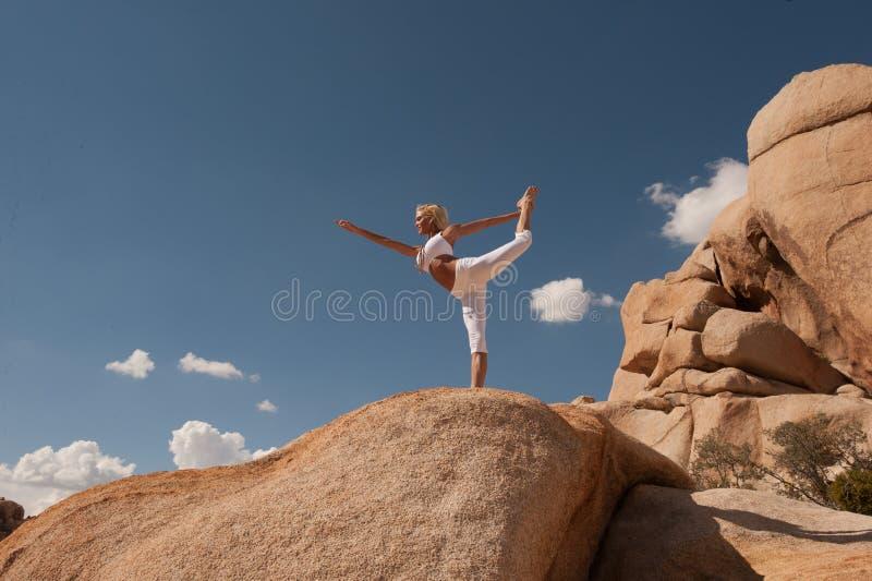 A pose do dançarino do deserto da mulher da ioga foto de stock royalty free