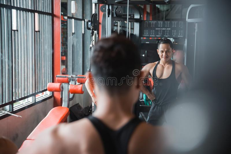 A pose do desportista na frente do espelho foto de stock royalty free