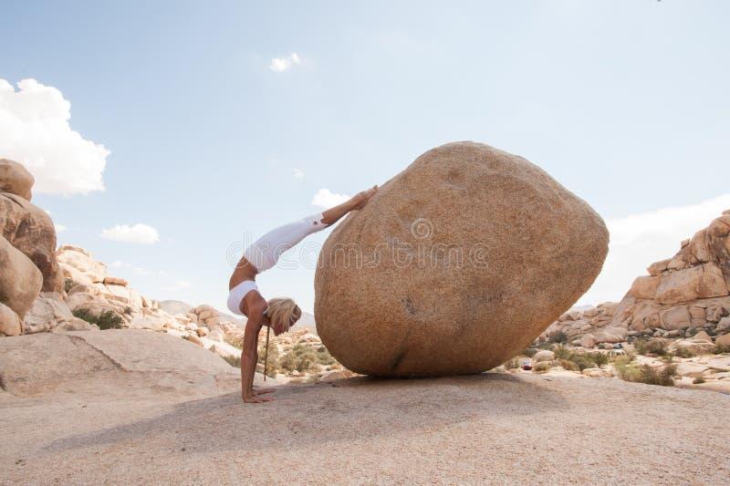 Pose do escorpião da mulher da ioga do deserto foto de stock